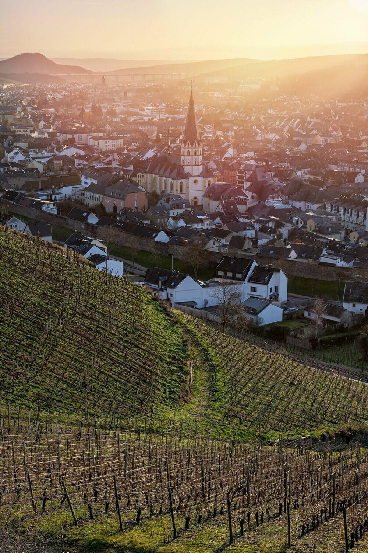 Blick auf Ahrweiler im Sonnenaufgang (Hochformat)