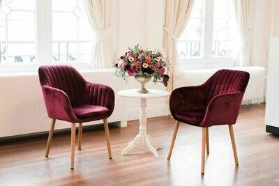 Set van twee luxe fluwelen trouwstoelen.