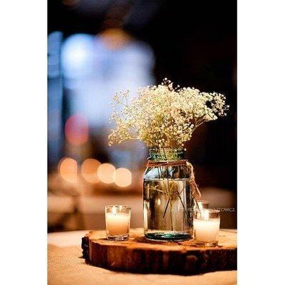 Prachtige tafeldecoratie met boomstamschijf en waxine