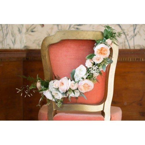 Luxe stoeldecoratie voor het bruidspaar. (kan daarna ook ingezet worden op tafel)