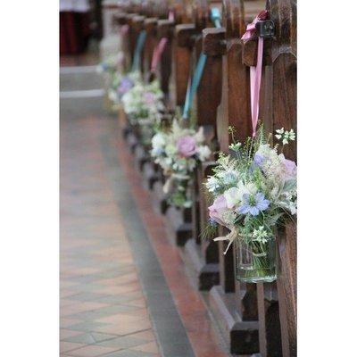 Stoeldecoratie mooie bloemen.(kan daarna op tafel ingezet worden)