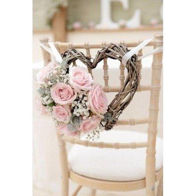 Stoeldecoratie voor het bruidspaar