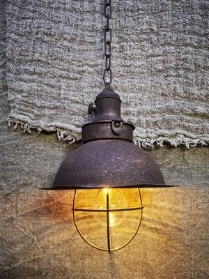 Roestige hanglamp op batterijen