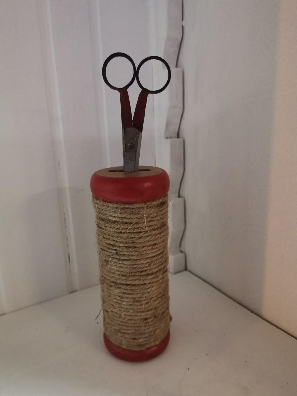 Klos met touw en schaar