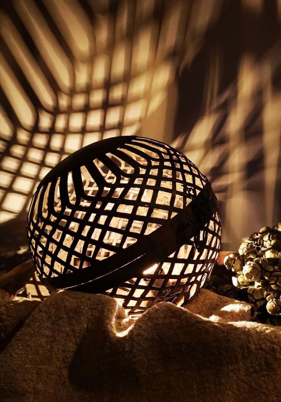 Let op: PRE ORDER september! Liggende metalen bal lamp L