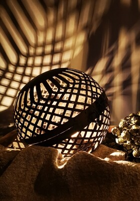 Let op: PRE ORDER september! Liggende metalen bal lamp L