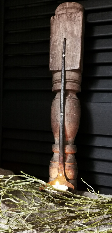 Oude houten hangkandelaar met lepel
