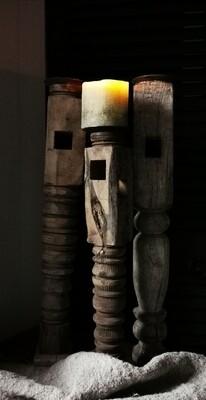 Oude houten kandelaar met gravure