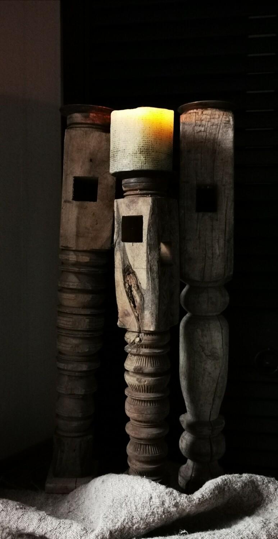 Oude houten kandelaar met gedraaid