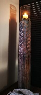 Oude houten ronde pilaar met gravure