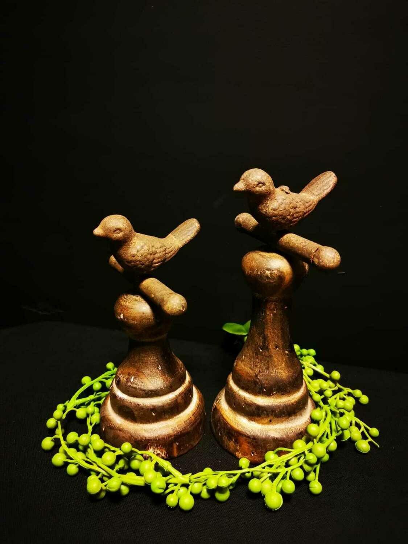 Metalen vogel op houten voet