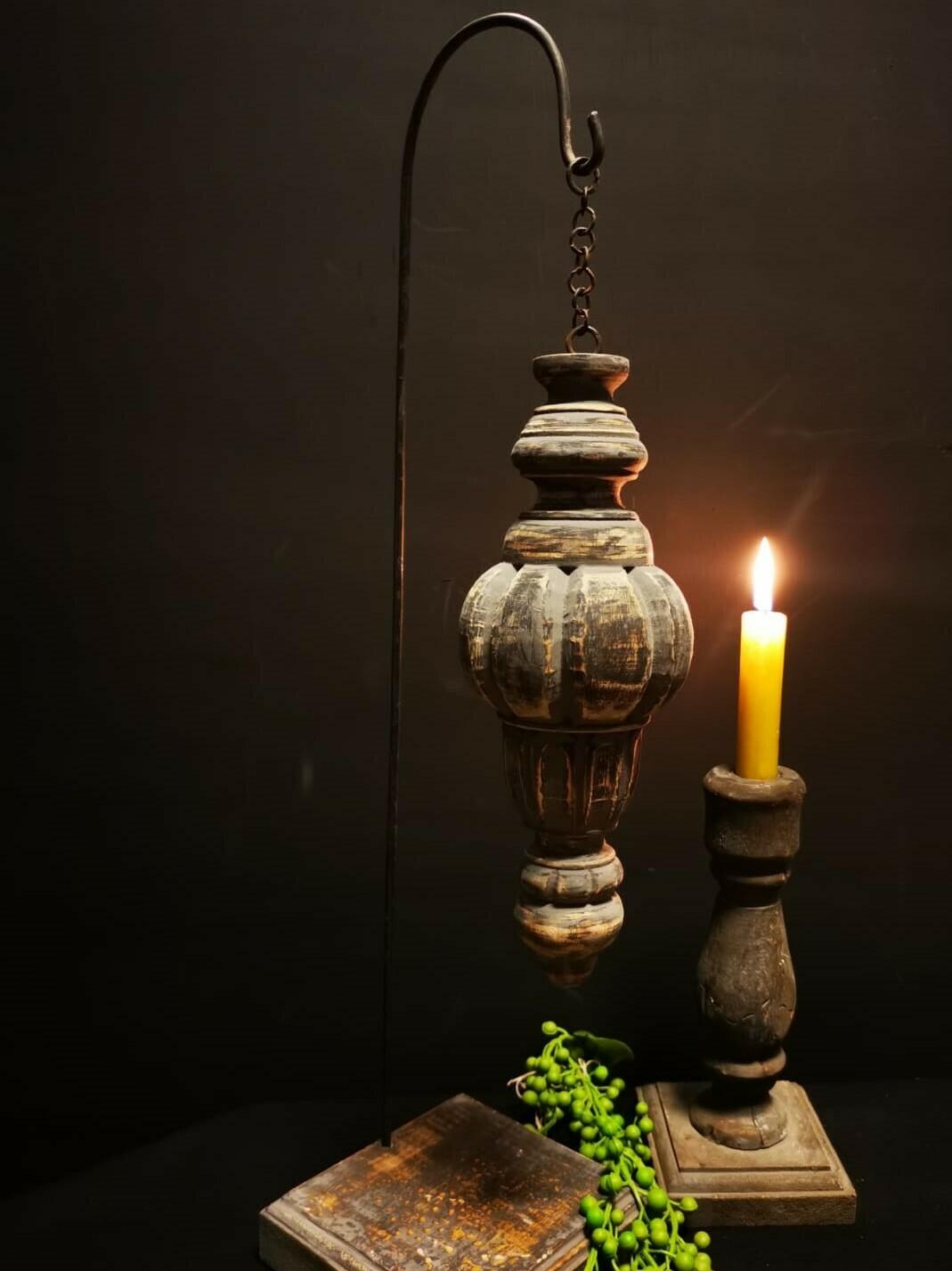 Houten ornament , hangend op statief