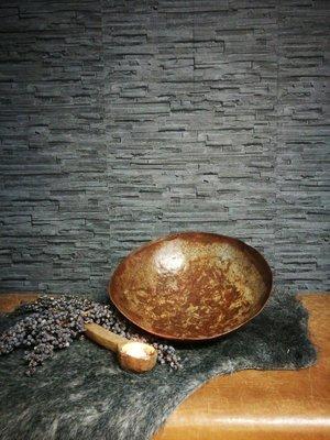 Roestige metalen schaal