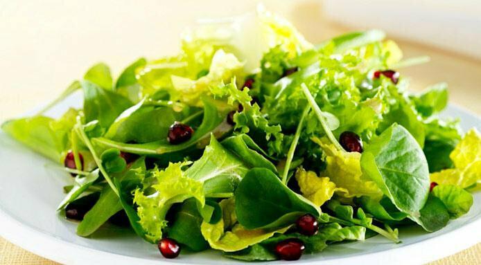 Grüner Blattsalat mit Croûtons