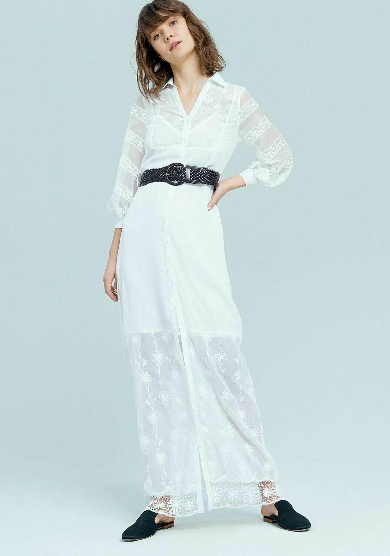 Vestito lungo bianco con cinturone.