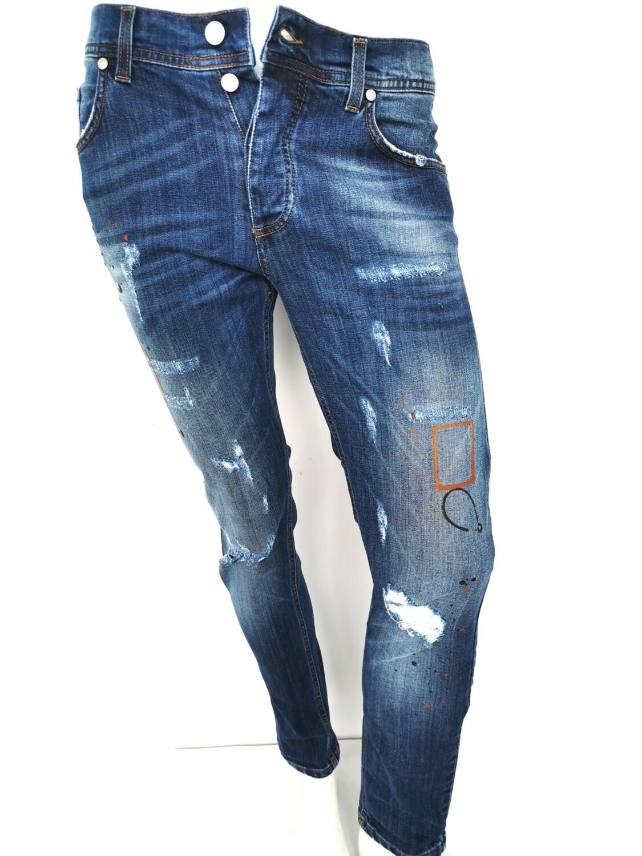 Jeans con rotture e disegni