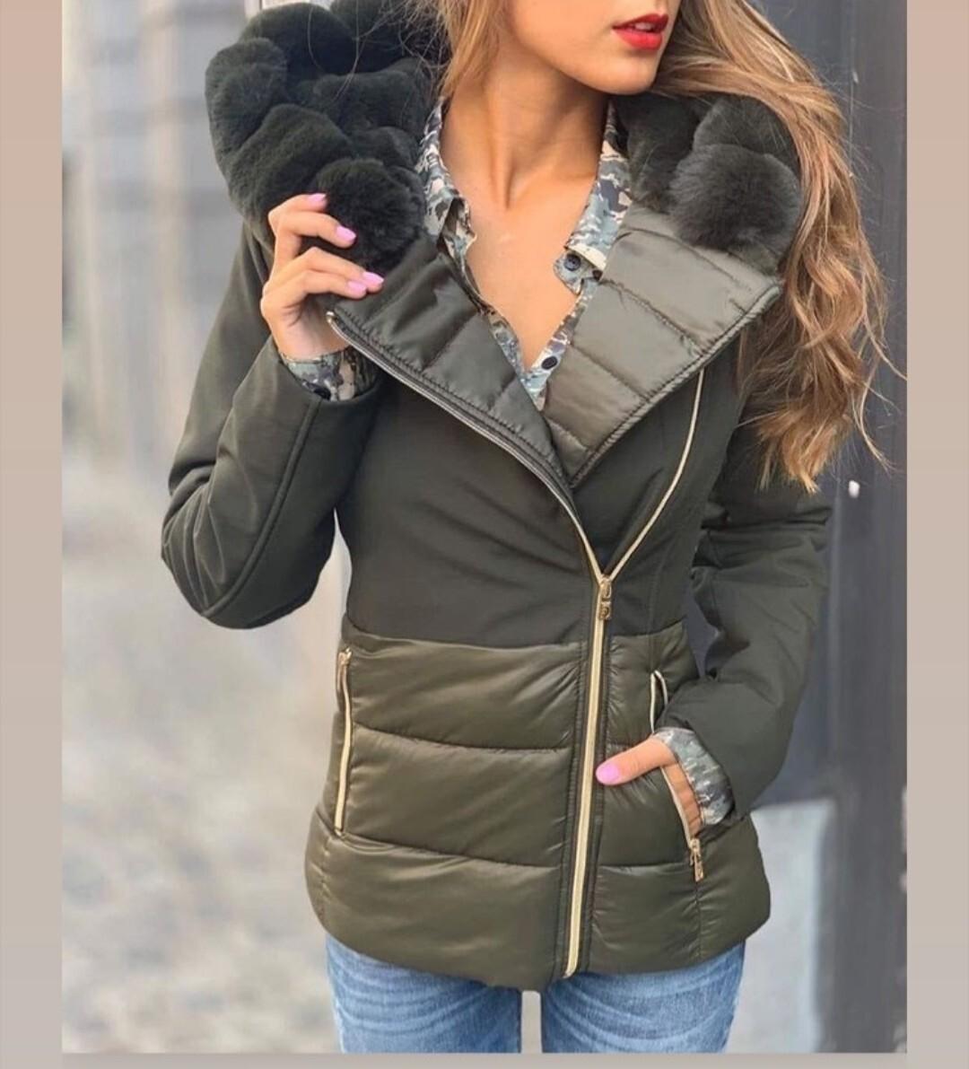 Piumino regular con cappuccio doppiato in eco pelliccia
