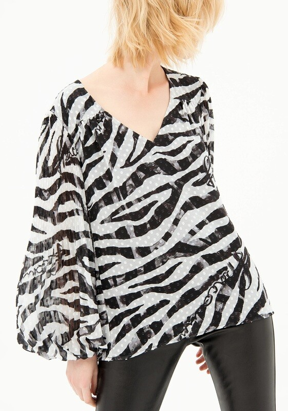 Wide blouse with animal print
