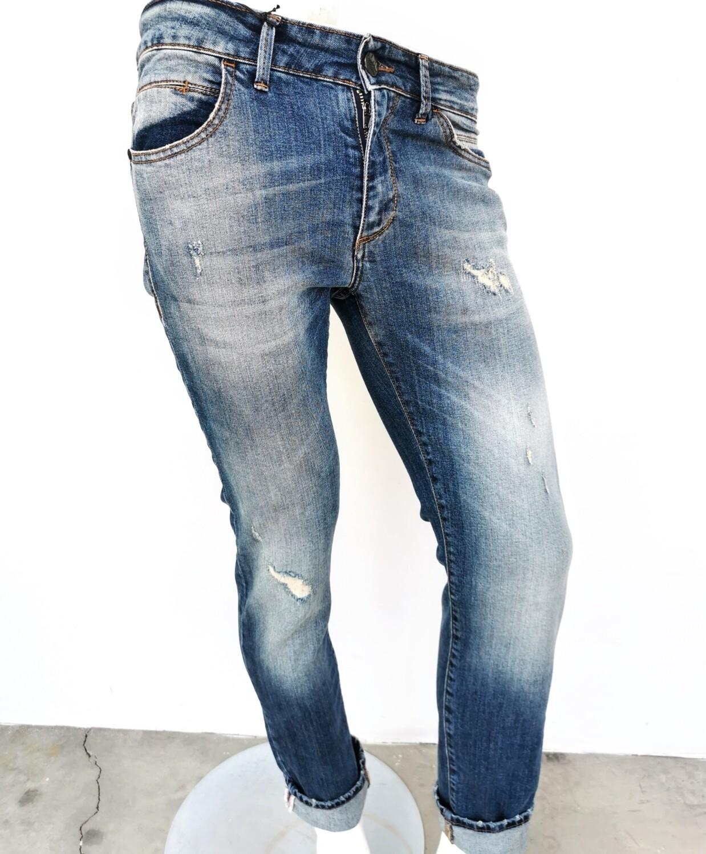 Jeans in denim rigid con rotture