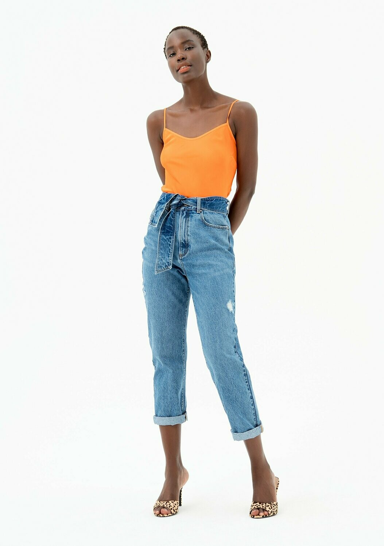 Jeans carrot con lavaggio chiaro