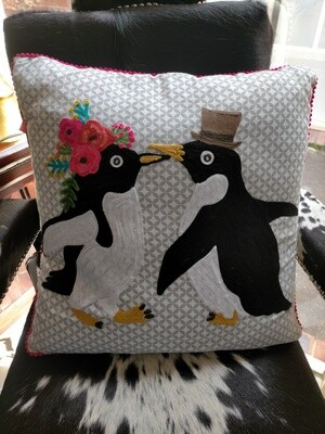 Cushion : Kissing Penguins