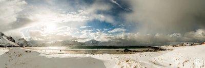 Snøkledd strand i Lofoten