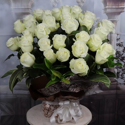 30 White roses arrangement