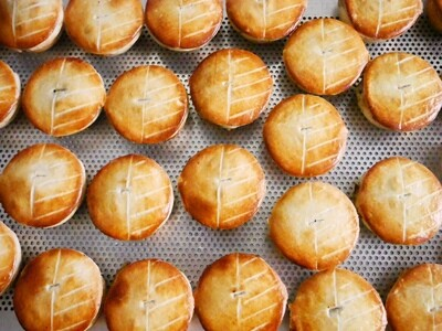PARTY BOX OF 16 MINI PIES - 4 x Guinness, 4 x Thai Chicken, 4 x Mince Cheese, 4 x Spinach Feta, or we can personalize to your requirements, just let us know in the comments section upon check out.