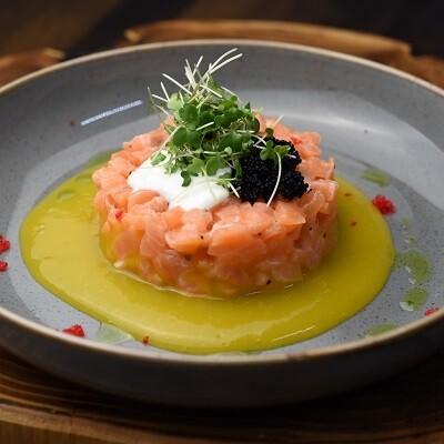 Tар-тар из лосося с манговым соусом