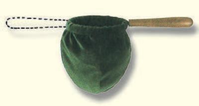 Kollektenbeutel, aus dunkelrotem Samt, Baumwolle, 12cm-Ø, verdecktes Eisengestell, mit zwei Holzgriffen zum Weiterreichen
