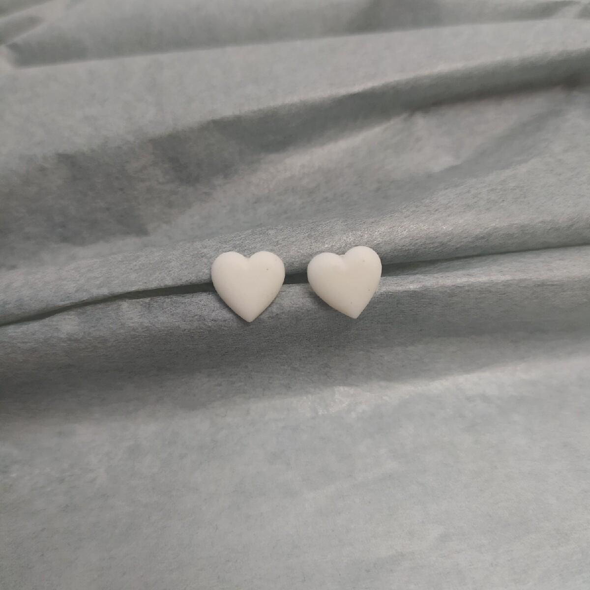 Kolczyki, serduszka białe mat
