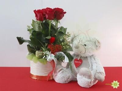 Caixa com flores e peluche