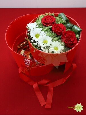 Round box with flowers and chocolat