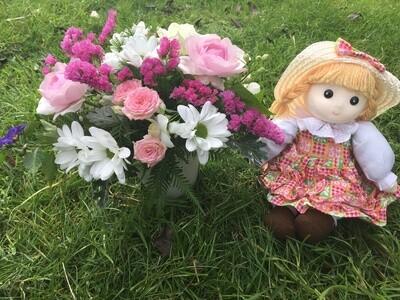 Boneca e flores