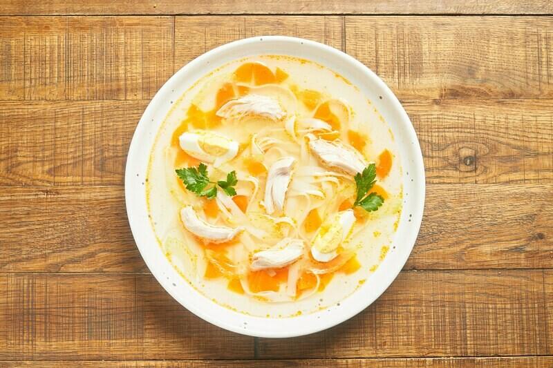 Куриный суп с лапшой и яйцом