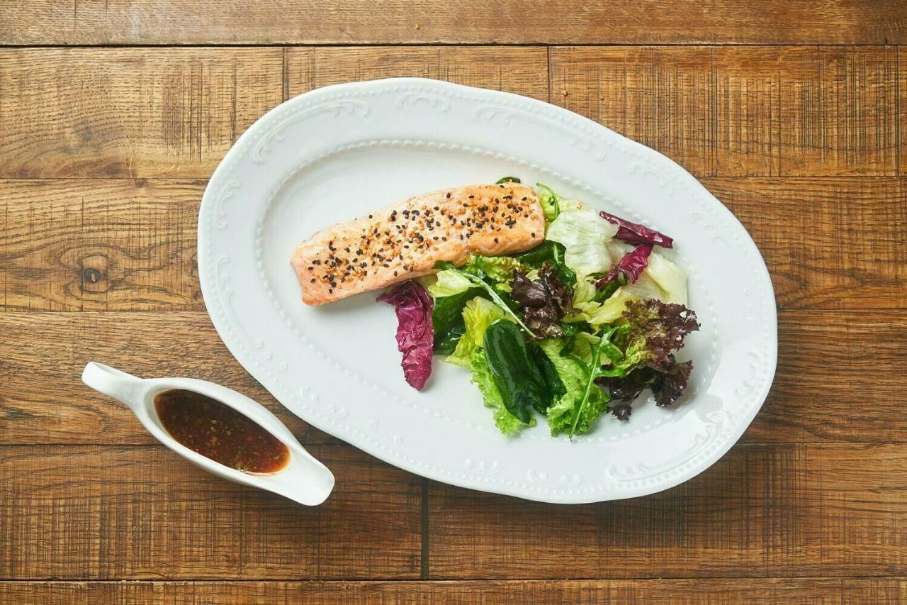 Стейк из лосося с зелёным салатом