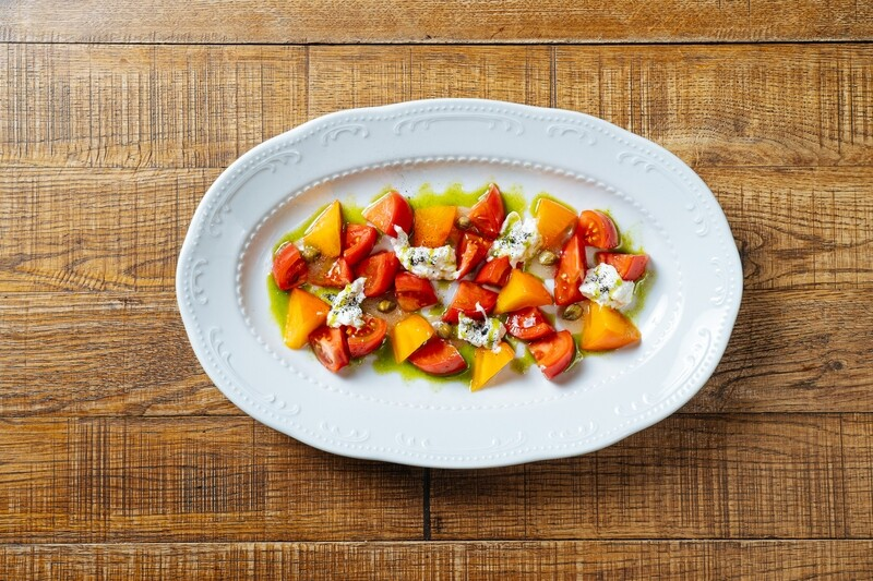 Спелые томаты, хурма & сыр страчателла