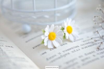 Daisy studs earrings, White chamomile jewelry, Meadow flowers