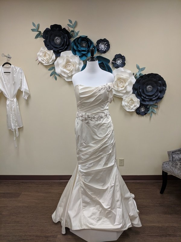 Kleinfeld Manhattan Sample size 22 - OFF THE RACK ONLY