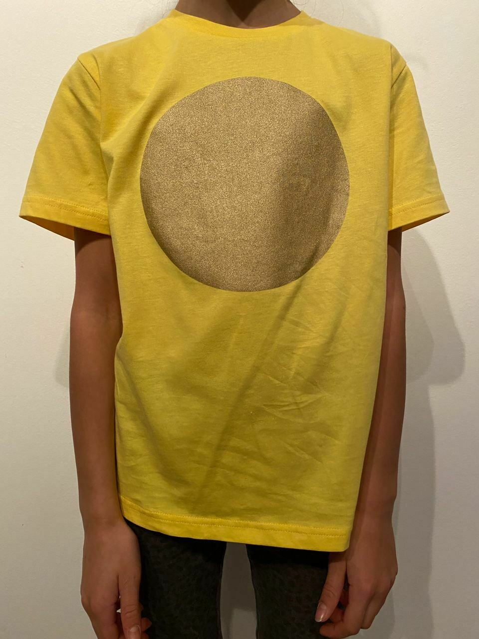 BE GOLDEN by The Lovers, Kinder T-shirt gelb / Druck gold