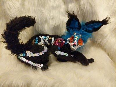 Sugar Skull Skalli Kitty, black body, decorated skull, blue sparkle ruff