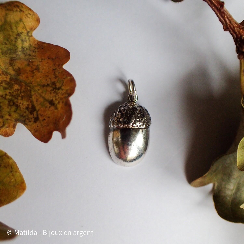 "Pendentif ""La graine contient l'arbre"""