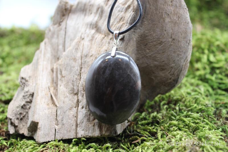 Pendentif en pierre de lune noire