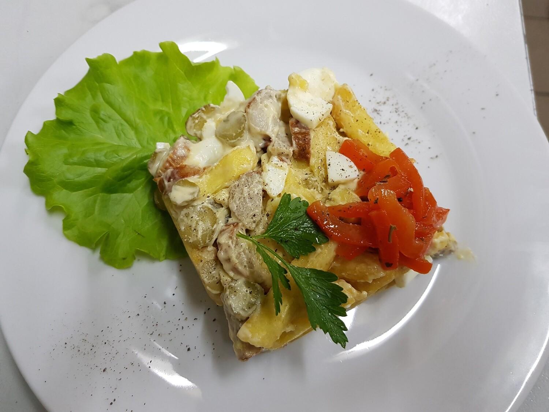 Горячий салат из фри и колбасок