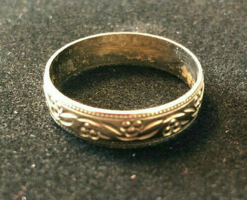 Vintage gold ring hallmarked London 375 - circa 1990 - lovely engraved pattern