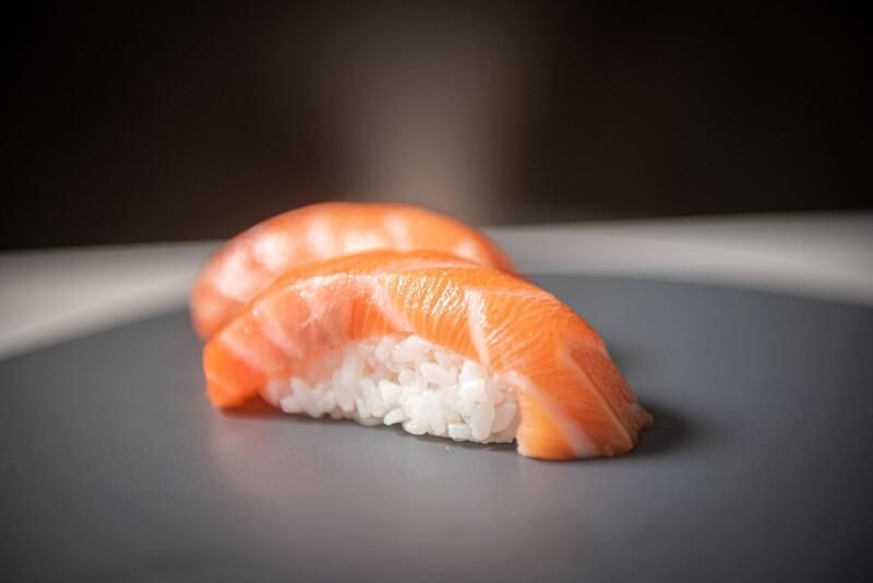 Salmon nigiri (2 pieces)