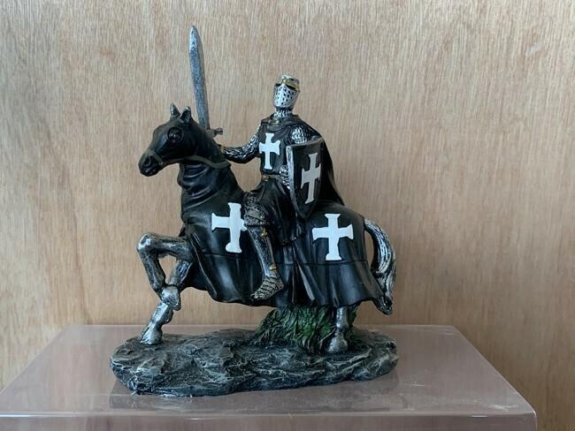 Zwarte Ridder te paard met zwaard