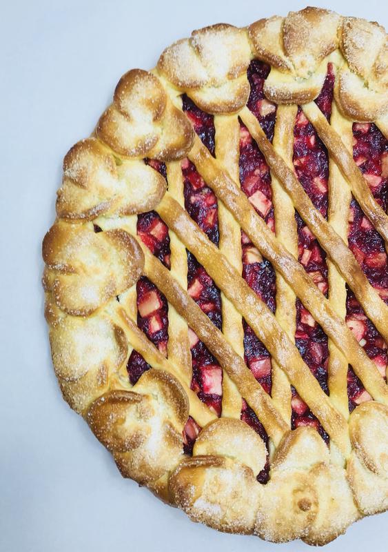 Пирог с яблоком и брусникой