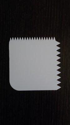 Шпатель кондитерский пластик Зубчики 10.5*10.5 см