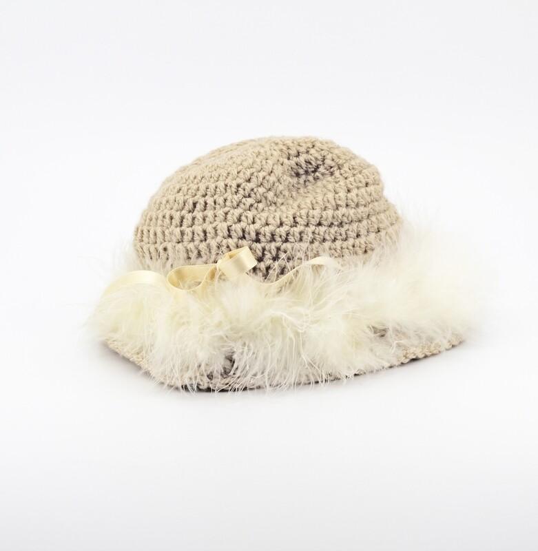 Cappellino beige con piume marabou avorio Pz.1